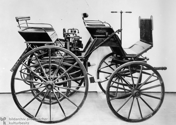 http://www.mediashow.ro/show/242081-4/1886-daimler-first-automobile.jpg