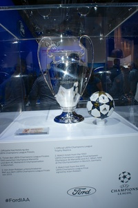 Official UEFA Champions League Trophy Rreplica and Match Ball from the 2013 UCL Final signed by Arjen Robben